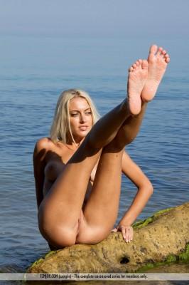 blondynka nad oceanem